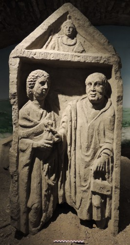 Stèle de Natalis et Regtilla provenant de la nécropole des Bolards (Nuits-Saint-Georges). Calcaire oolitique. 1,62; 0,74; 0,18. Musée de Nuits-Saint-Georges, num. D'inventaire 93.2.62. cl. P.-A. Lamy